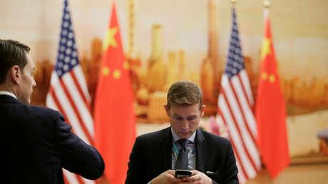 Hombres antes de una rueda de prensa conjunta entre Mike Pompeo y Wang Yi en Pekín, China, el 14 de junio de 2018.