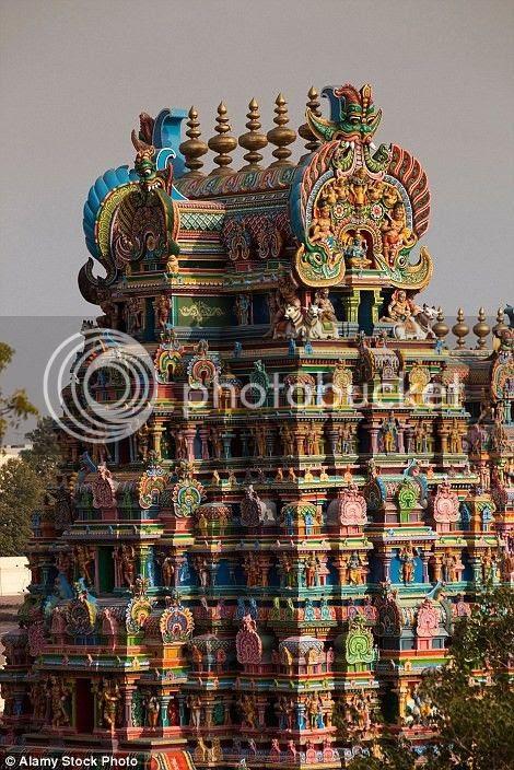 Quanh đền có rất nhiều quầy hàng bán hoa, dừa và đồ thờ cúng.