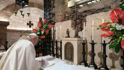 El Papa Francisco firma la encíclica Fratelli tutti ante la tumba de San Francisco de Asís