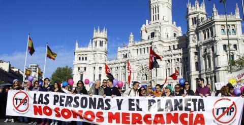 Cabecera de la manifestación contra el TTIP en Madrid a su paso por Cibeles, sede del Ayuntamiento. A.L.M.