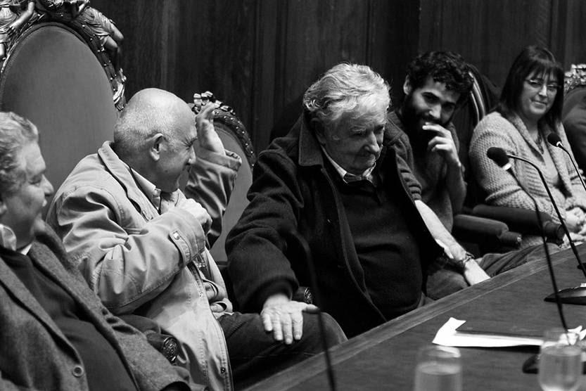 Roberto Markarian y José Mujica, ayer en el Paraninfo de la Universidad de la República, cuando el primero asumió como nuevo rector de la Universidad. / Foto: Pedro Rincón