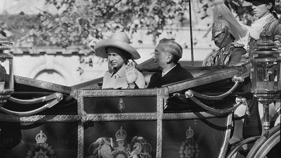 Император Японии Хирохито и королева Елизавета