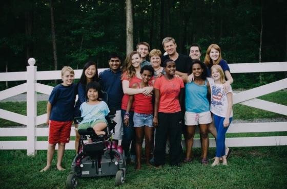Preconceito e discriminação são palavras que não existem na família Dennehy, formada por pessoas com diferentes tipos de raças e deficiências