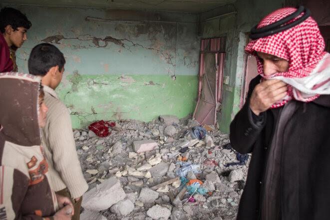 Des voisins visitent les ruines d'une maison du quartier de Wadi Hajar, détruite par une frappe le 28 février. © Jérémy André