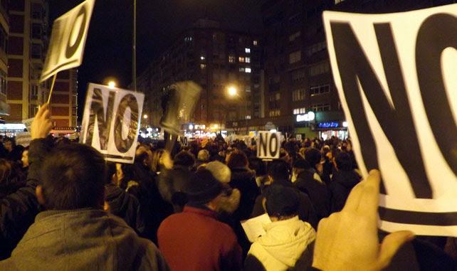 Imagen de los vecinos de Gamonal durante la manifestación hasta la comisaría de Burgos para exigir la puesta en libertad de los detenidos.