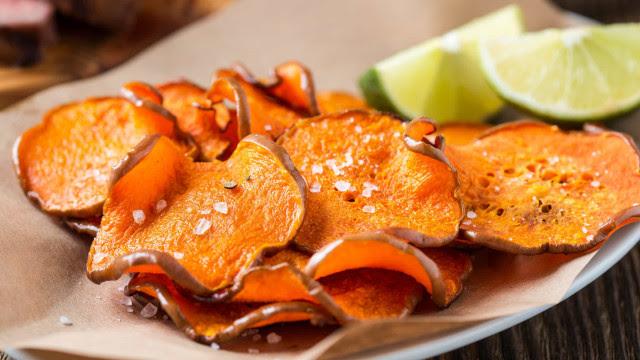 Aprenda a fazer chips de batata-doce no microondas
