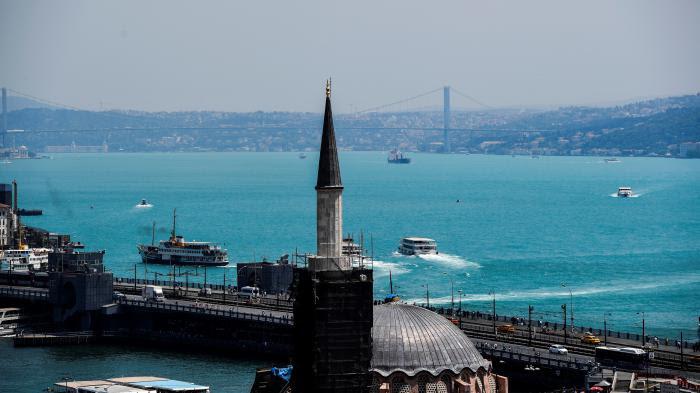 """VIDEO. Turquie : le Bosphore devient turquoise après une """"explosion de plancton"""""""