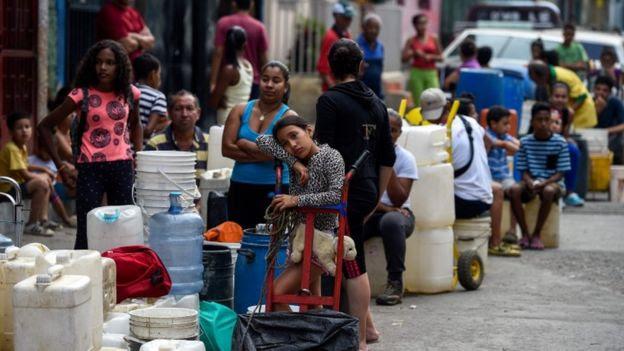 Pessoas na Venezuela fazendo fila para comprar água