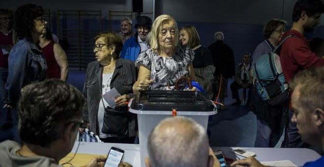 Ciudadanos catalanes votan en un colegio el 1 de octubre de 2017. JAIRO VARGAS