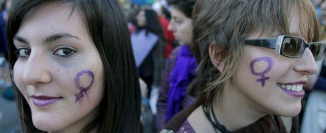 Dos mujeres en la manifestación del 8-M del año pasado. EFE