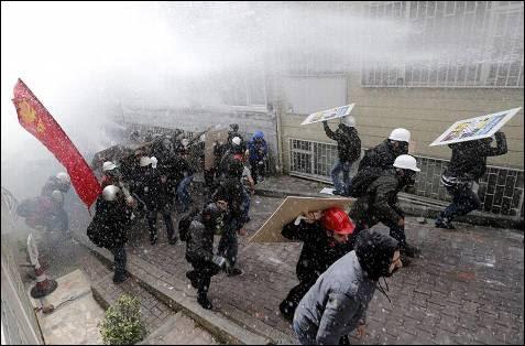 Antidisturbios turcos usan cañones de agua y bombas de gas lacrimógeno para dispersar a los manifestantes durante la marcha convocada por los sindicatos con motivo del Día del Trabajo