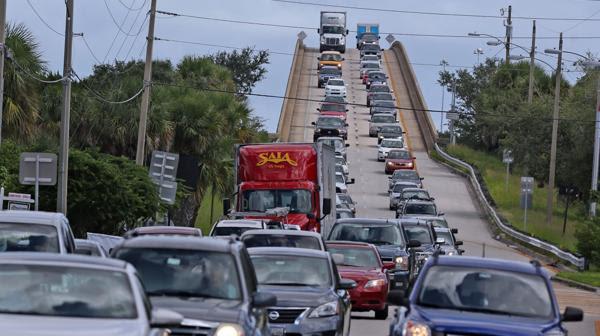 EXODO MASIVO POR MATTHEW: Evacúan la costa sureste de Estados Unidos
