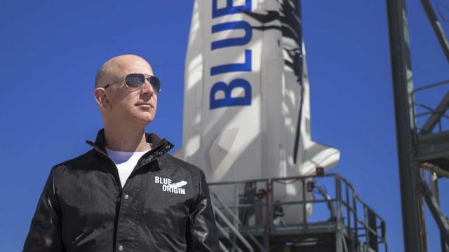Homem mais rico do mundo viaja hoje ao espaço e leva estudante de 18 anos