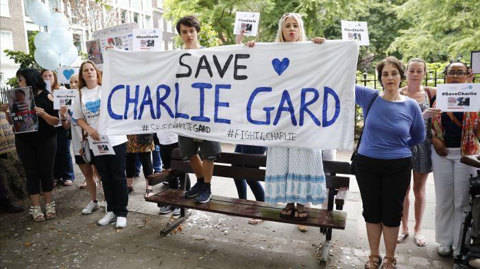 Des manifestants pour le maintien en vie de Charlie