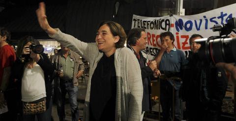 La líder de Barcelona En Comú, Ada Colau, saluda a sus simpatizantes durante el inicio de la campaña electoral para las próximas elecciones municipales y autonómicas del 24 de mayo, esta noche en Barcelona. EFE/Marta Pérez