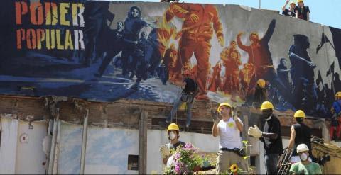 Activistas en los trabajos de reconstrucción de Can Vies
