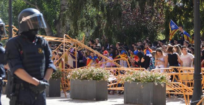 01/10/2018.- Los estudiantes tumban las vallas de seguridad en la Subdelegación del Gobierno en Lleida. EUROPA PRESS
