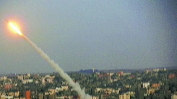 Ataque. Un cohete de Hamas parte desde la costa de la Franja de Gaza hacia el interior del territorio israelí./EFE