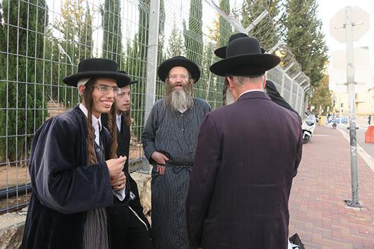 בילד: ר' אברהם צבי לעדערמאן ארויסגעווארפן פון ארעסט
