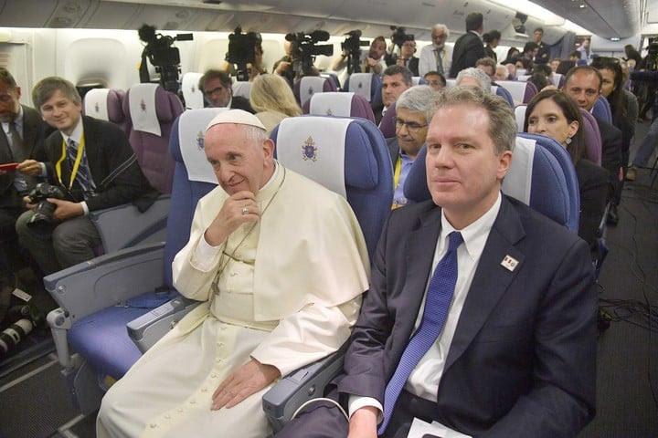 El papa Francisco y el ex director de la Oficina de Prensa de la Santa Sede, Greg Bruke (EFE).
