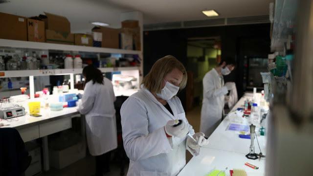Vacina de Oxford dá bons resultados, mas há 'longo caminho a percorrer'