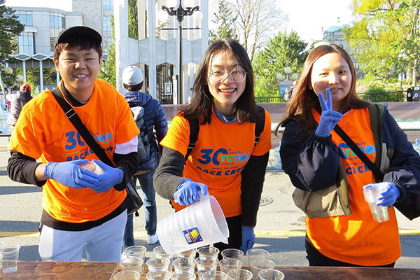 Students volunteer at race event