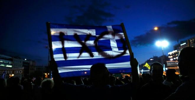 Un manifestante sostiene una bandera griega durante una manifestación contra la austeridad en Atenas, Grecia.- REUTERS / Alkis Konstantinidis