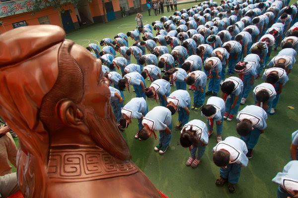 今早,在台湾各地的孔庙中,人们庆祝教师节。