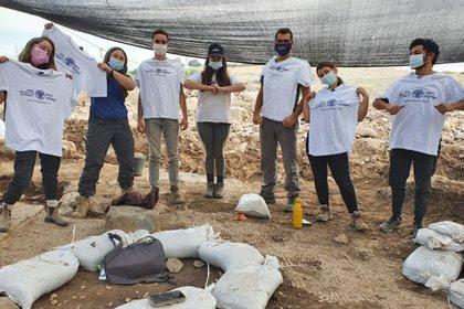 Estudiantes del programa preparatorio premilitar de Hanaton que participaron de las excavaciones (Fotografía: Einat Ambar-Armon, Autoridad de Antigüedades de Israel)