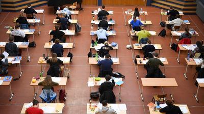 RKI report: Schoolchildren write an exam in a Berlin high school.