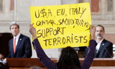 Marinella Correggia protesta davanti a Kerry