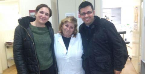 Ada Colau y Gerardo Pisarello con Nenny Nikolau, una dentista voluntaria de la clínica social de Atenas.