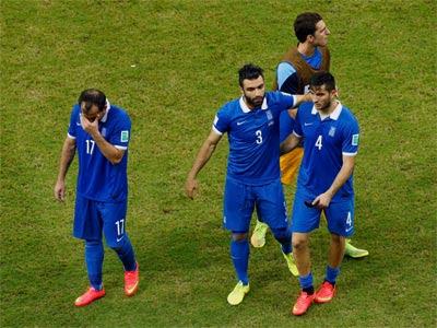Los jugadores griegos se retiran cabizbajos tras caer ante Costa Rica. REUTERS/Ruben Sprich
