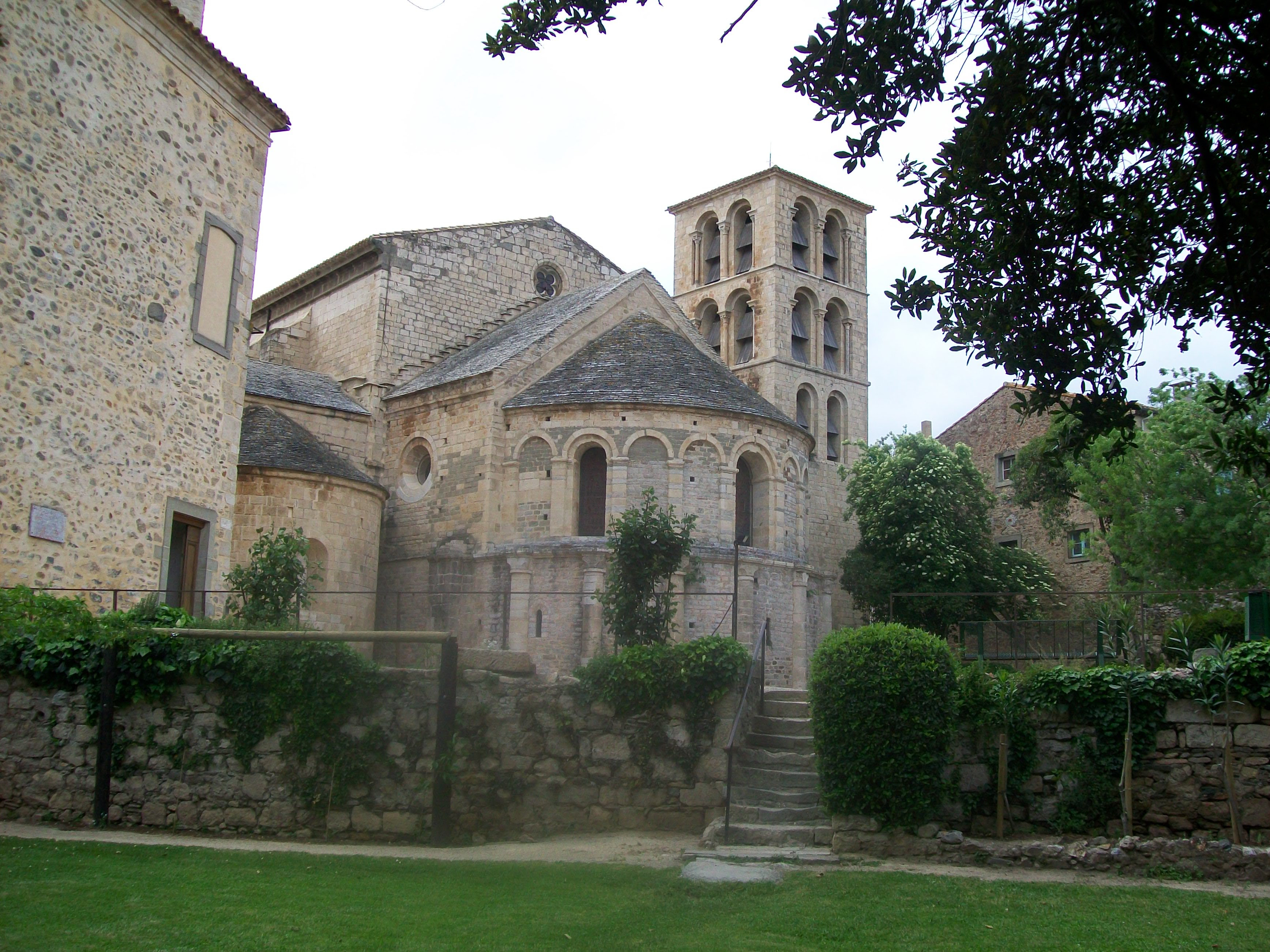 http://upload.wikimedia.org/wikipedia/commons/e/eb/Abbaye_de_Caunes-minervois.jpg