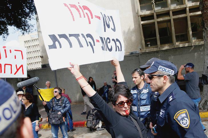 Manifestation à Tel-Aviv fin mars devant le siège de l'Autorité de radiodiffusion et de télévision dont le sort a été brutalement tranché par un vote du Parlement jeudi dernier.