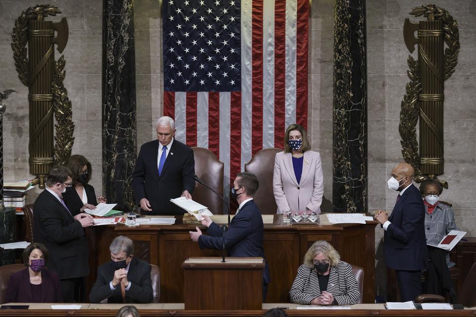Mike Pence, junto a Nancy Pelosi, recibe la certificación de los votos de West Virginia durante la confirmación de Biden.