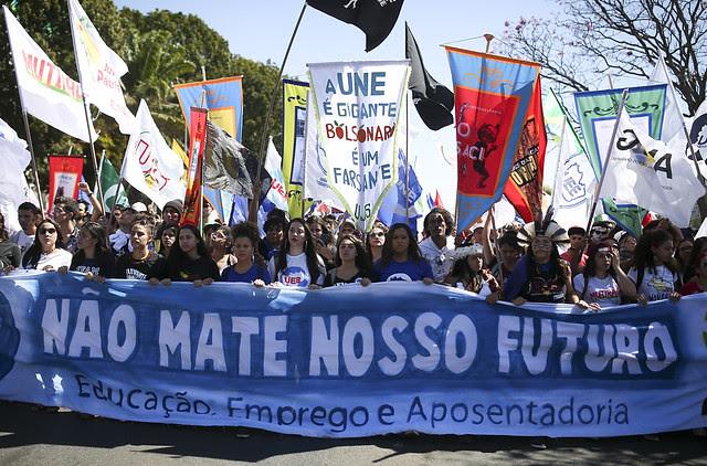 Brasilia: estudiantes protestan contra los cortes en la Educación y la reforma de las Pensiones durante el último Congreso de la UNE  - Créditos: Sergio Lima / AFP