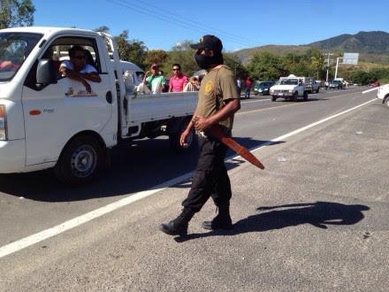 Policías comunitarios bloquean carreteras en Guerrero. Foto: Germán Canseco