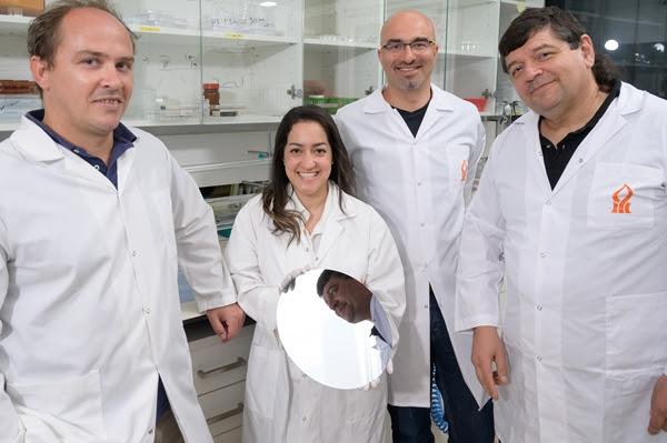 De izquierda a derecha, el estudiante de posdoctorado Dr. Guillaume Le Saux, la estudiante de doctorado Esti Toledo, el profesor Mark Schvartzman y el profesor Angel Porgador (Crédito: Dani Machlis / BGU)