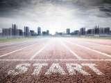 Ligne de départ d'athlétisme sur fond de paysage urbain