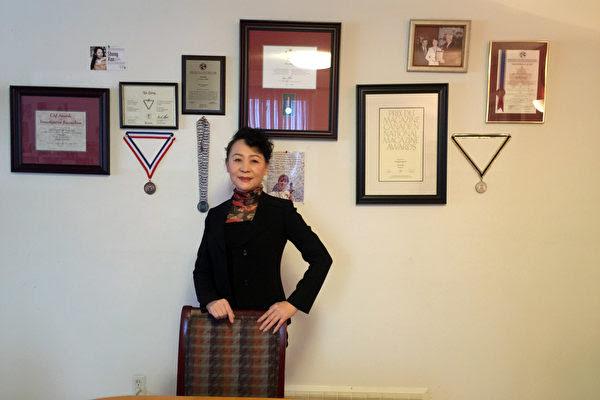 圖:盛雪和她在加拿大獲得的部份榮譽紀念品(盛雪提供)