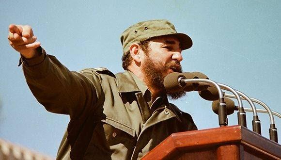 """Fidel en 1976, durante el discurso en el acto de masas en honor al General Omar Torrijos, Jefe de Gobierno de la República de Panamá, efectuado en la Ciudad Escolar """"26 de Julio"""", en Santiago de Cuba. Foto tomada de Fidel Soldado de las Ideas."""