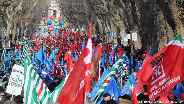 Bandeiras em manifestação de sindicatos em Roma