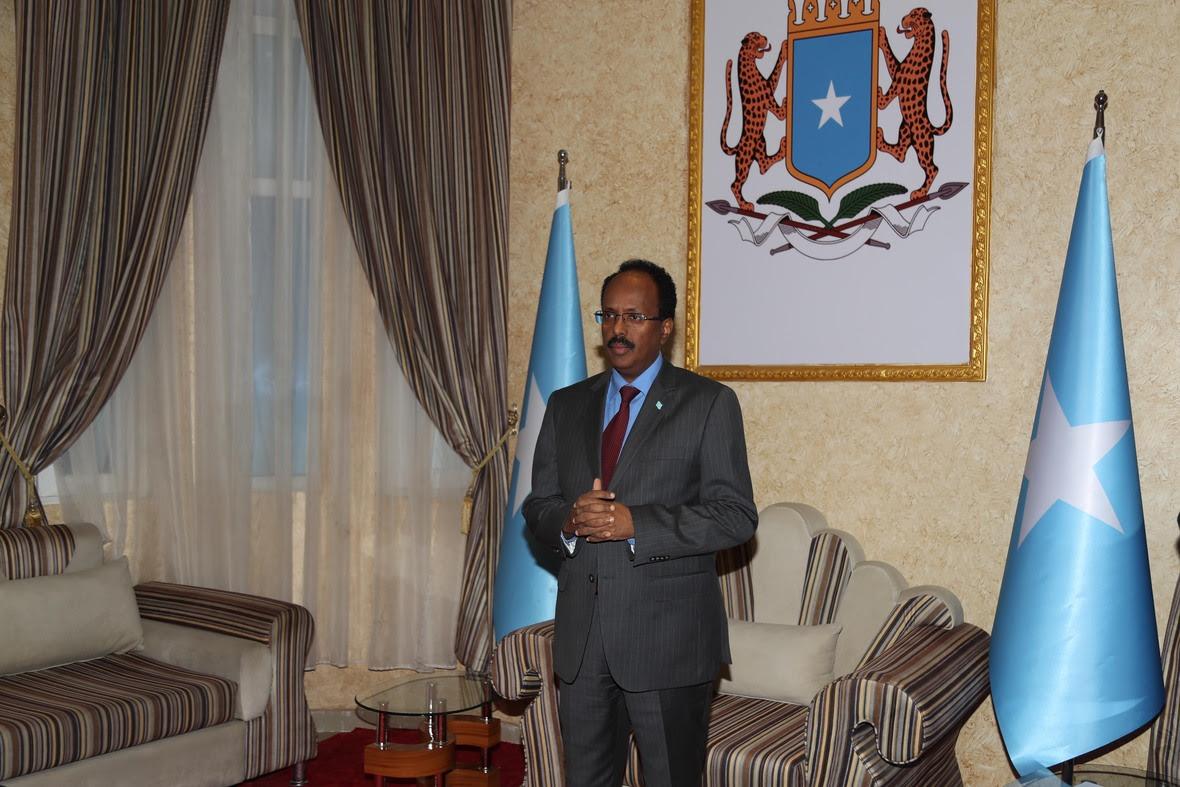M Farmajo oo warqadaha safiirnmo ka gudoomay safiirka Bulgiem ee Somalia Photo Cali Ducale-2