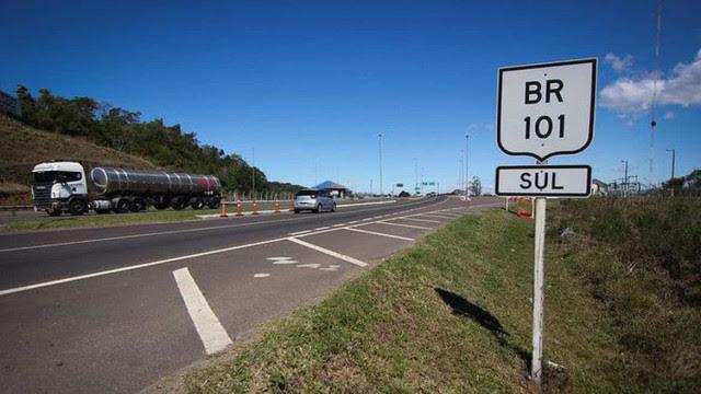 Aceno de Bolsonaro para zerar imposto de diesel é 'conversa para boi dormir', diz caminhoneiro