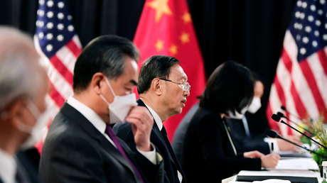 """""""EE.UU. no puede aceptar el doloroso hecho de que China ahora es su igual"""": analista repasa las conclusiones de la reunión bilateral en Alaska"""