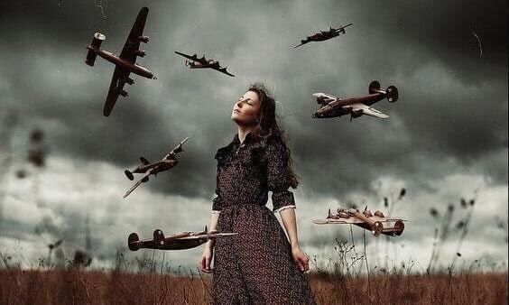 Mujer rodeada de aviones pensando en la psicología del perdón