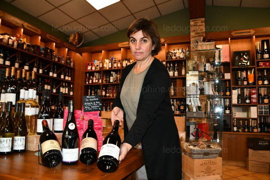 Pour Sandrine Brillat, de la Halle aux Vins à Aix-les-Bains, la mondeuse est aujourd'hui un vin savoyard très demandé. Pour elle, la mondeuse noire accompagnera des viandes rouges et la blanche, le poisson emblématique du lac du Bourget, le lavaret. Quant à la grise, une production encore trop confidentielle ne permet pas une commercialisation normale. Sa préférée, la mondeuse noire, provient des vignobles d'Arbin. Photo Le DL /M.G.