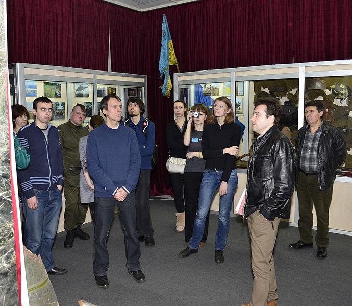 На фото: Екскурсію проводить Ярослав Тинченко, заступник директора Національного військово-історичного музею України з наукової роботи, український історик і журналіст