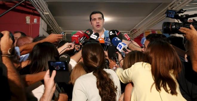Alexis Tsipras, rodeado por la prensa tras votar en un distrito de Atenas.- REUTERS
